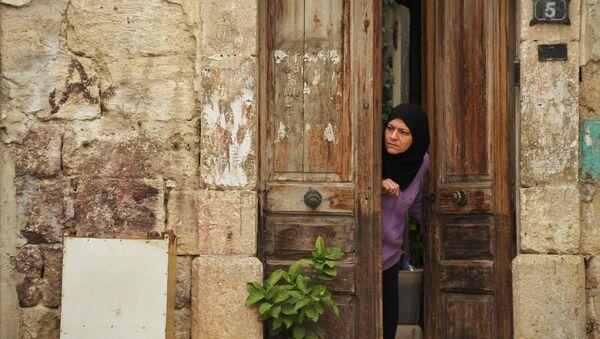 Местная жительница на улице города Латакия в Сирии. Архивное фото
