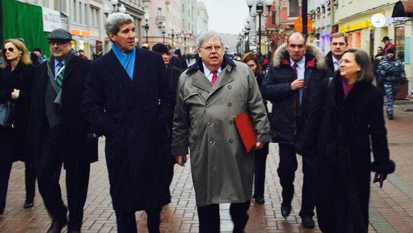 Госсекретарь США Джон Керри совершил прогулку по Арбату
