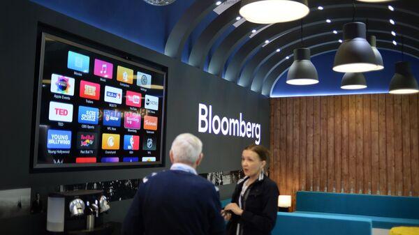 Павильон компании Блумберг перед открытием Петербургского международного экономического форума