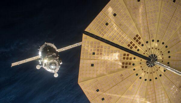 Фото момента ручной стыковки Союза с МКС