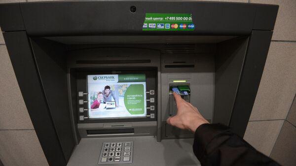 СКлиент у банкомата Сбербанка в Москве