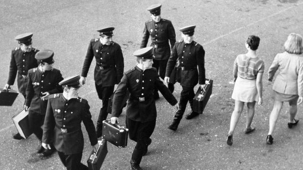 Солдаты оборачиваются вслед девушкам. 1965 год