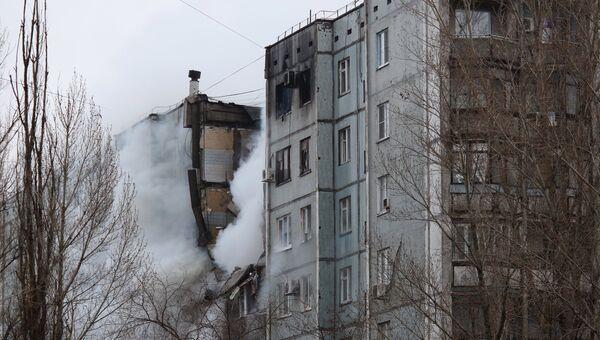 Пожар в разрушенном в результате взрыва бытового газа многоэтажном доме по улице Космонавтов в Волгограде. Архивное фото