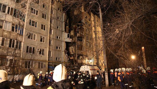 Сотрудники МЧС РФ у разрушенного в результате взрыва бытового газа многоэтажного дома по улице Космонавтов в Волгограде. Архивное фото