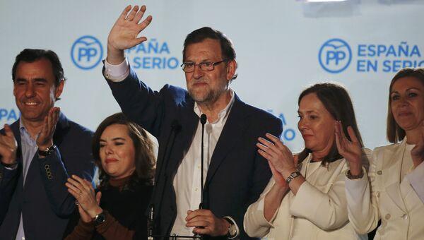 Лидер Народной партии Мариано Рахой празднует победу на парламентских выборах в Испании
