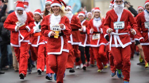 Участники благотворительного забега Дедов Морозов Happy Run на ВДНХ