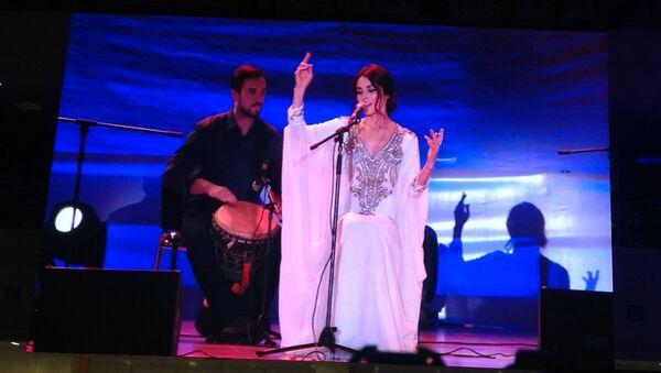 Певица Сати Казанова на вечере  Друзья Индии