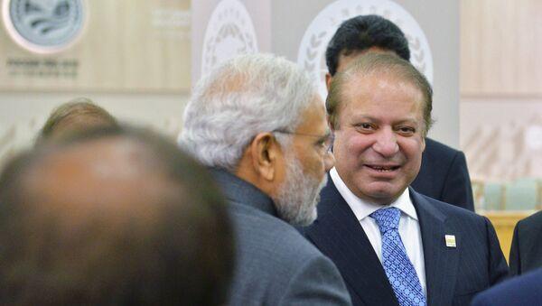 Премьер-министр Республики Индия Нарендра Моди (слева) и Премьер-министр Исламской Республики Пакистан Наваз Шариф