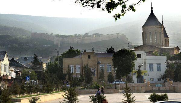Крепость Нарын-кала (на дальнем плане) в нагорной части Дербента, Дагестан. Архивное фото