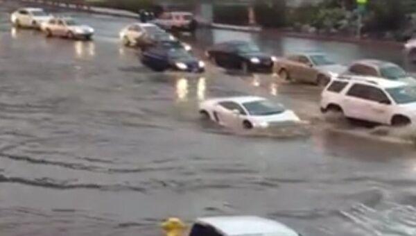 """В дождь """"Ламборгини"""" практически превращается в подлодку"""