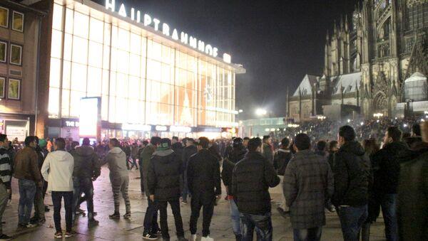 Люди у железнодорожной станции города Кёльна, Германия. 31 декабря 2015. Архивное фото