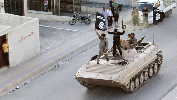 Воинствующие исламисты принимают участие в военном параде по улицам северной провинции Ракка