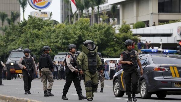 Саперы и полиция возле места взрыва в Джакарте
