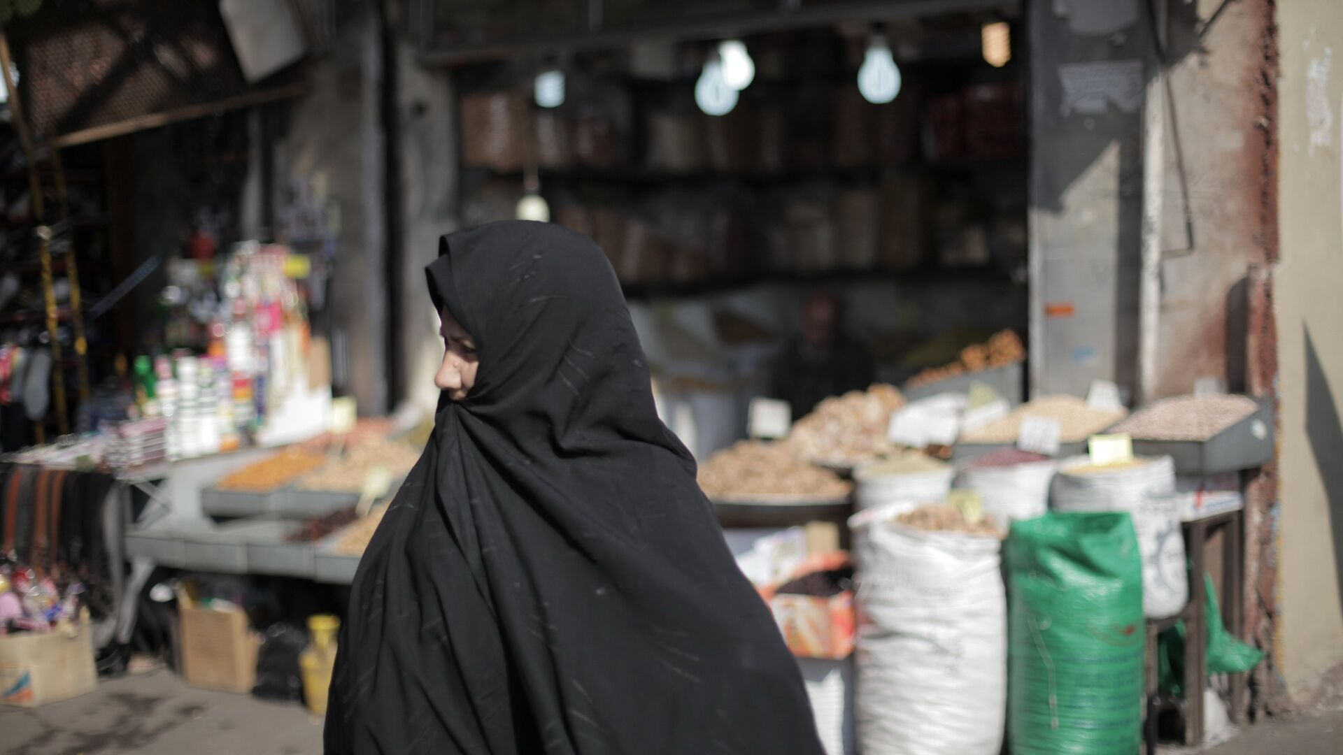 Женщина на рынке в Тегеране. Иран.  - РИА Новости, 1920, 27.02.2021
