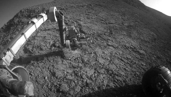 Марсоход Opportunity изучает камень рядовой Джон Поттс на свой 12 день рождения на Марсе