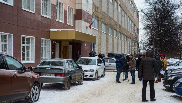 Журналисты перед зданием Центрального суда города Тулы, где рассматривается дело об усыновлении годовалого Матвея, обгоревшего в тульском роддом. Архивное фото
