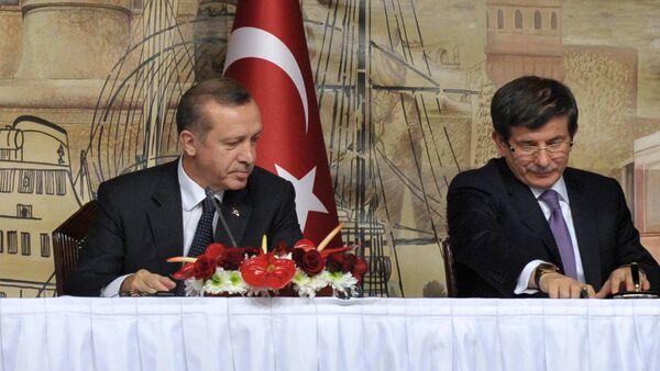 Реджеп Тайип Эрдоган (в ранге премьер-министра) и Ахмет Давутоглу (в ранге министра иностранных дел)  (слева направо) на церемонии подписания российско-турецких документов в Стамбуле