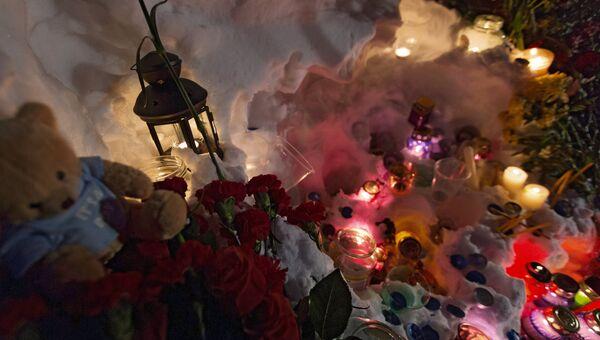 К месту гибели камчатских школьников несут цветы и игрушки. Архивное фото
