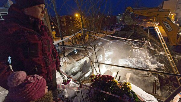 Жители Петропавловска-Камчатского у места гибели трех школьников у теплотрассы в Петропавловске-Камчатском. Архивное фото