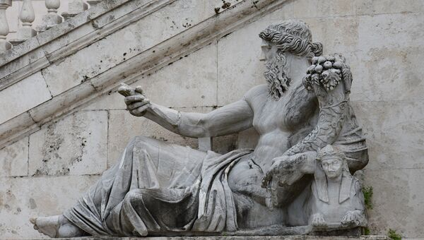 Скульптура, символизирующая реку Нил, - часть фасада Дворца Сенаторов на Капитолийской площади в Риме