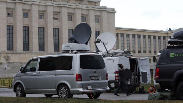 СМИ перед штаб-квартирой ООН в Женеве, где проходят переговоры по Сирии, 29 января 2016