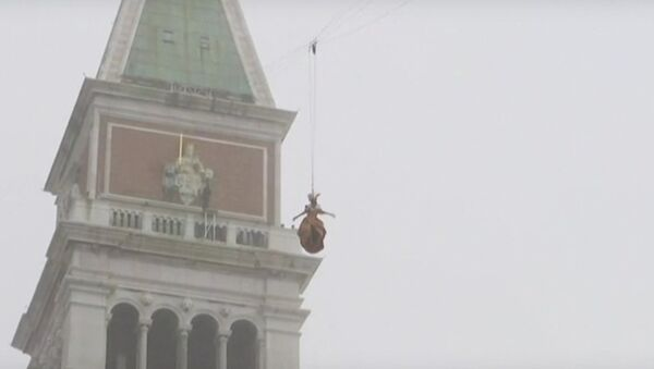Полет ангела на карнавале в Венеции