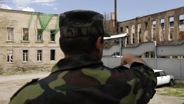 У здания Парламента, разрушенного во время военных действий в августе 2008 года. Архивное фото