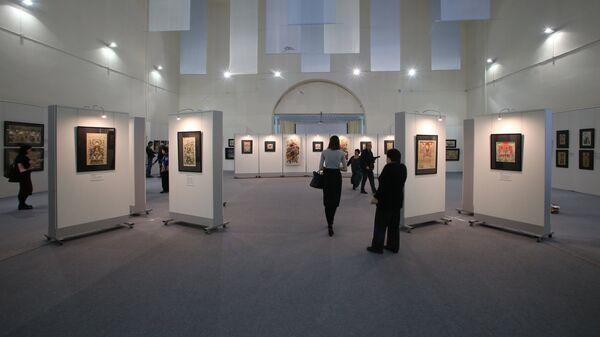 Посетители на открытии выставки Китайская новогодняя картина, приуроченной к празднованию восточного Нового года