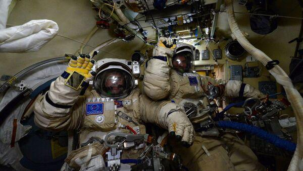 Российские космонавты Сергей Волков и Юрий Маленченко готовятся к выходу в открытый космос. Архивное фото
