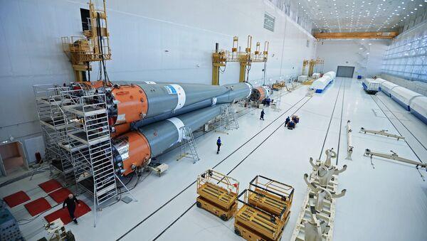Сборка ракеты-носителя Союз-2 в Техническом комплексе космодрома Восточный в Амурской области