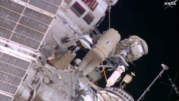 Космонавты Юрий Маленченко и Сергей Волков во время проведения работ в открытом космосе