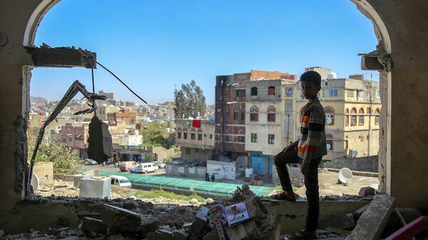 Мальчик осматривает разрушенное здание после атаки на город Таиз в Йемене.Архивное фото