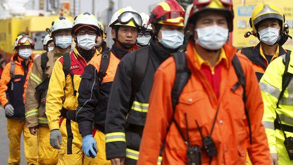 Спасатели на месте обрушения жилого дома на Тайване, 6 февраля 2016