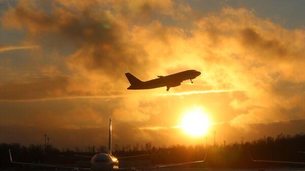 Самолеты на взлетно-посадочной полосе аэропорта Домодедово