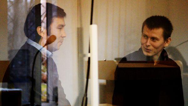 Граждане России Евгений Ерофеев (слева) и Александр Александров, обвиняемые в ряде военных преступлений на территории Украины, во время рассмотрения их дела в Голосеевском суде Киева