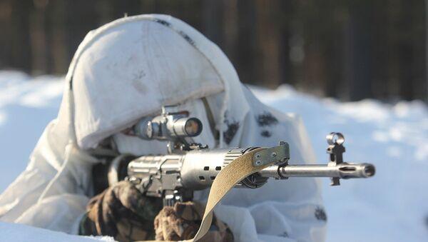 Снайперы Западного военного округа отрабатывают стрельбу по мишеням с хаотичными траекториями движения. Архивное фото