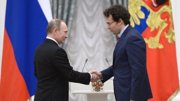 Президент России Владимир Путин (слева) и доктор физико-математических наук, заведующий отделом Объединённого института высоких температур РАН Владимир Стегайлов
