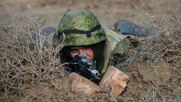 Военнослужащий во время военных учений. Архивное фото