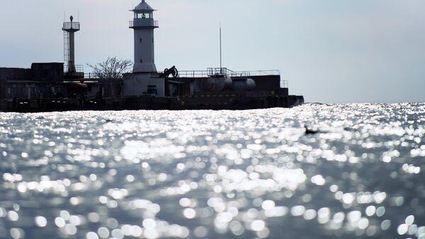 Маяк городского порта Ялты в акватории Черного моря