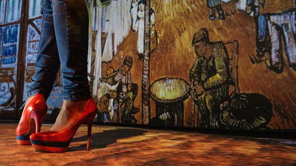 Девушка в обуви на высоком каблуке, на мультимедийной выставке Ван Гог: Ожившие полотна 2.0
