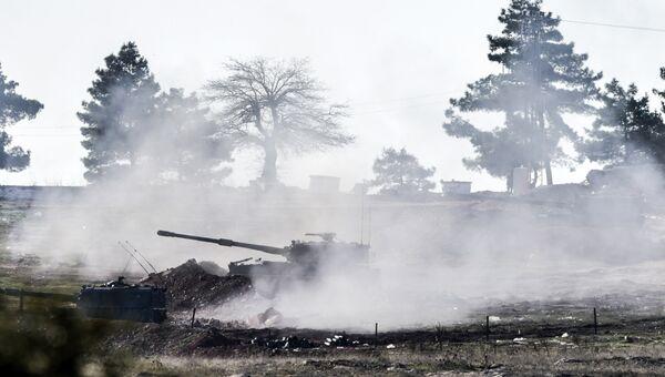 Турецкие военные ведут стрельбу по сирийской стороне на границе Турции и Сирии, 15 февраля 2016