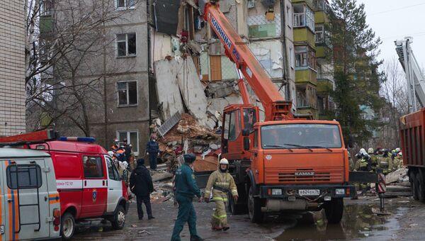 Сотрудники МЧС разбирают завалы после взрыва бытового газа в пятиэтажном доме во Фрунзенском районе Ярославля