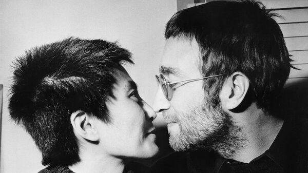 Джон Леннон с женой Йоко Оно во время интервью в Лондоне, 9 февраля 1970