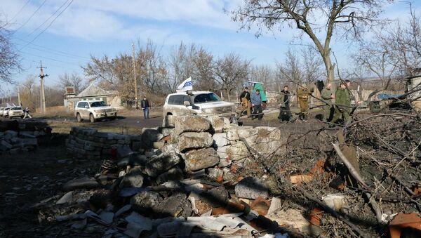 Автомобили ОБСЕ в поселке Зайцево в Донецкой области. Архивное фото