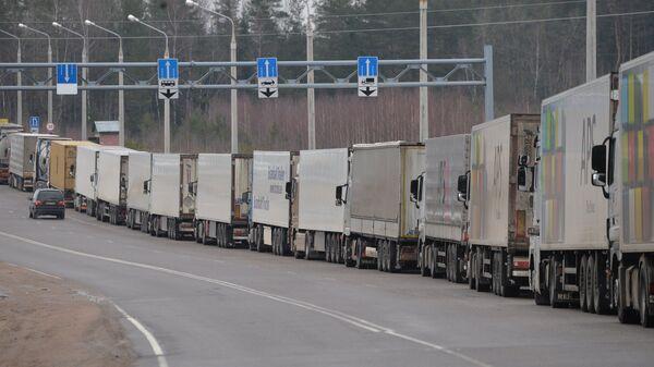Грузовики в очереди на пересечении белорусско-литовской грани. Архивное фото
