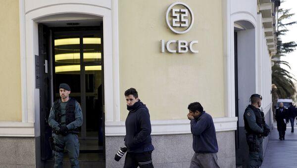 Полиция перед входом в банк Industrial and Commercial Bank of China в Мадриде. 17 февраля 2016