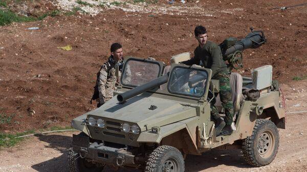 Военнослужащие Сирийской Арабской армии в освобожденном от боевиков поселке Охрус в провинции Алеппо