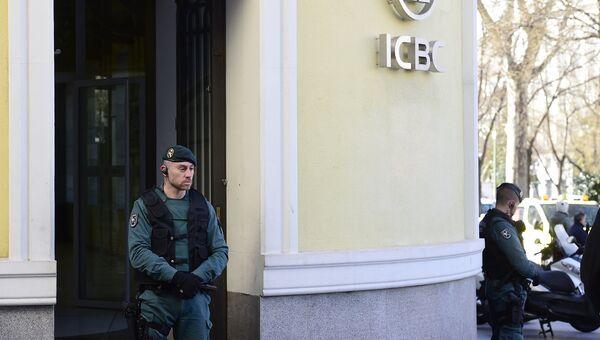 Испанский полицейский около офиса китайского банка ICBC. Архивное фото