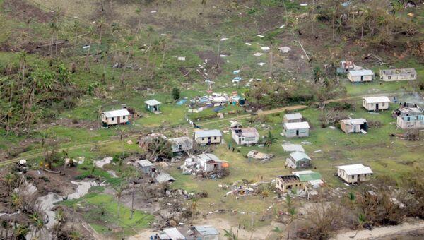 Разрушенная ураганом Уинстон деревня на острове Фиджи