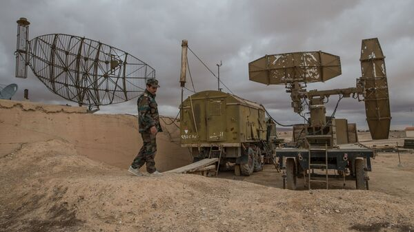Военнослужащий сирийской армии осматривает локационные станции на базе Военно-воздушных сил Сирии в провинции Хомс. Архивное фото